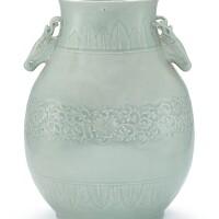 18. 清十九世紀 粉青釉印花鹿耳壺 《大清乾隆年製》仿款 |