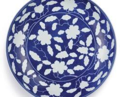 3601. 清雍正 灑藍釉白花花卉紋盤 《大清雍正年製》款 |
