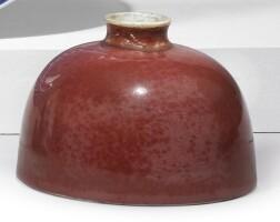 1309. 清康熙 豇豆紅釉暗刻團龍紋太白尊 《大清康熙年製》款 |
