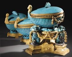 9. garniture composée de trois pots-pourris en porcelaine de chine bleu céleste d'époque kangxi (1662-1722) à monture de bronze doré d'époque louis xv, vers 1765 -1770