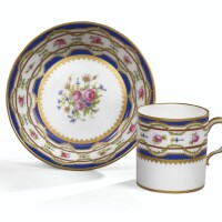 27. gobelet litron et sa soucoupe en porcelaine tendre de sèvres du xviiie siècle, datée 1786
