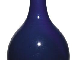 136. 清乾隆 藍釉長頸瓶 《大清乾隆年製》款  