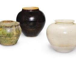 333. 十世紀 綠釉、白釉 及 黑釉罐各一 |