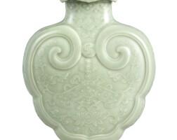 3602. 清乾隆 粉青釉萬年吉慶如意蓋瓶 《大清乾隆年製》款 |
