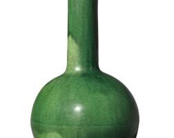 1020. 清 綠釉長頸瓶 |