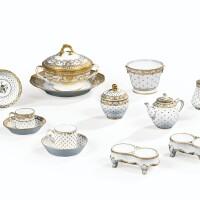 26. ensemble de porcelaines de sèvres et paris du xviiie siècle
