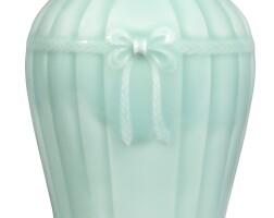 3604. 清雍正 冬青釉包袱瓶 《大清雍正年製》款 |