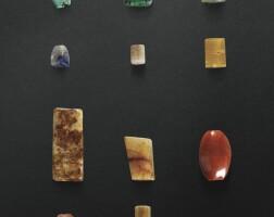 67. douze perles en jade et pierre dure période néolithique - dynastie des zhou orientaux