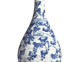 341. 清康熙 青花松鼠葡萄圖瓶 |