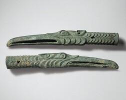 3. paire de garnitures de hampe zoomorphesen bronze mongolie-intérieure, ordos, ive-iiie siècle avant j.-c.
