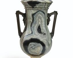 9. vase couvert en agathe, travail probablement russe de la première moitié du xixe siècle