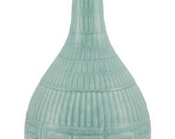 21. 清十九世紀 粉青釉長頸瓶 |