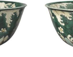 412. 清十七世紀 素三彩海馬雜寶紋盌一對 |
