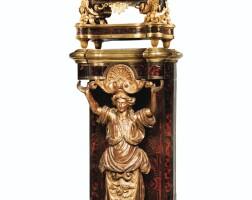 68. pendule aux sphinges et sa gaine en marqueterie d'écaille rouge,bronze doré etbois doré d'époque louis xiv