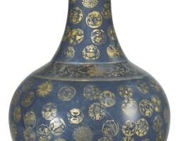 996. 二十世紀 藍地描金團花紋賞瓶 《大清光緒年製》款