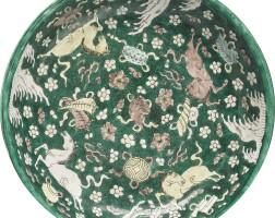 410. 清十七世紀 素三彩海馬雜寶紋大盤 |