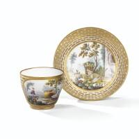 32. gobelet hébert et sa soucoupe en porcelaine tendre de sèvres du xviiie siècle, vers 1765-1770