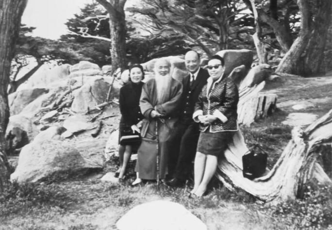 一九七○年,高嶺梅伉儷及張大千伉儷合攝於美國加州克密爾.jpg