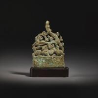 112. 西漢 銅鎏金龍虎紋柄 |