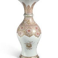 332. 清康熙 礬紅彩描金花卉團鶴紋瓶 |