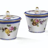 24. paire de pots à confiture couverts en porcelaine tendre de sèvres du xviiie siècle