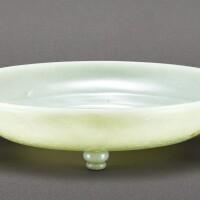 37. 清十八至十九世紀 青白玉花卉紋活環三足盤 |