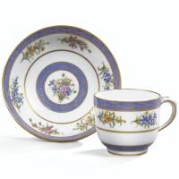 33. gobelet bouillard et sa soucoupe en porcelaine tendre de sèvres du xviiie siècle, daté 1789