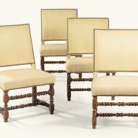 11. suite de quatre chaises à dossier plat en noyer d'époque louis xiii, vers 1650