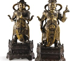 29. deux grandes statuettes de gardiens célestes en bronze doré dynastie ming, xvie-xviie siècle  