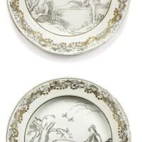 16. deux assiettes en porcelaine peintes en grisaille et dorées dynastie qing, milieu du xviiie siècle  