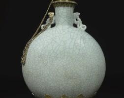 88. 清乾隆仿哥釉青瓷抱月瓶配英國喬治四世鎏銀托座, 1827年,零售商應為托馬斯·哈姆雷特 |