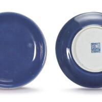 1055. 清乾隆 藍釉盤一對 《大清乾隆年製》款  