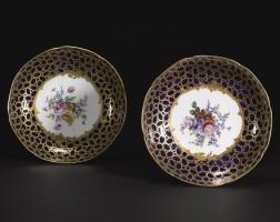 16. 塞夫爾軟瓷高腳盤兩件,屬於路易十五一套御用青金石色餐具 1768年 |