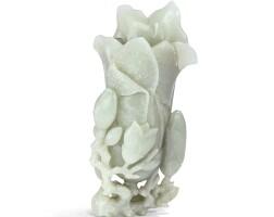 5. vase 'magnolia'en jade céladon pale fin de la dynastie ming - début de la dynastie qing |