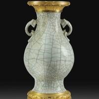 139. vase en porcelaine de chine céladon craquelé du xviiie siècle et montures de bronze doré d'époque louis xvi, vers 1780