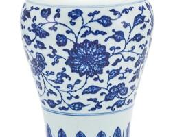 28. 清十八至十九世紀 青花纏枝花卉紋梅瓶 |