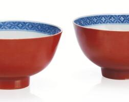 202. rare paire de bols en porcelaine bleu blanc et à glaçure rouge corail marques et époque kangxi