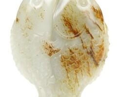 22. 清十八世紀 褐斑白玉雙魚擺件