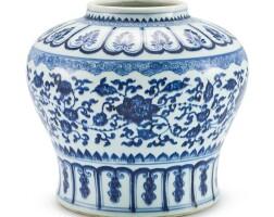 19. 清十八世紀末至十九世紀初 青花纏枝花卉紋罐 「天」字 |