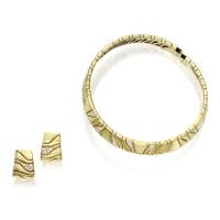 128. 黃金鑲鑽石項圈一條及耳環一對, marina b