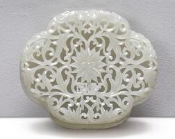 1538. 十九 / 二十世紀 青白玉痕都斯坦式透雕蓮紋海棠式蓋盒  