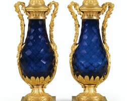 135. paire de vases en verre bleu taillé et montures de bronze doré d'époque louis xvi, vers 1780