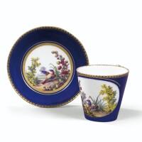 34. gobelet à la reine et sa soucoupe en porcelaine tendre de sèvres du xviiie siècle, daté 1763