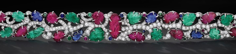 在珠寶拍賣會上出售鑽石祖母綠和藍寶石的精美珠寶手鍊