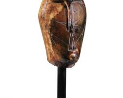 "51. tête en ivoire marin, période okvik,""old bering sea 1"", (100 - 400 ap. j.-c), île saint-laurent, alaska |"