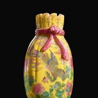 1. 清乾隆 料胎黃地畫琺瑯鳳舞牡丹包袱瓶 《乾隆年製》藍料款 |