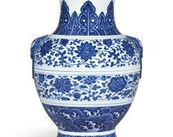 3623. a blue and white vase, hu seal mark and period of qianlong |