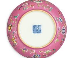 3609. 清乾隆 胭脂紅地軋道洋彩折枝花卉紋盤 《大清乾隆年製》款 |