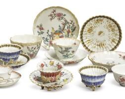 1057. 清十八世紀 花式瓷盃及盤一組  