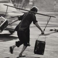 8. 邱良 | 搏命撲水(深水埗街頭,1963)